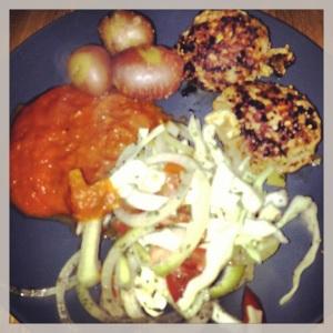 Angusfärsbiffar med fetaost, potatis och tomat-lök-vitkålssallad