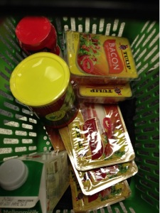 Lillebror shoppar nödvändigheter - bacon