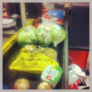 Sallad kyckling vitlök och keso - livsmedelspåfyllning under lunchrasten