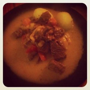 Söndagsfamiljemiddag - köttgryta med morötter potatis paprika kalv och nötkött bacon och potatis