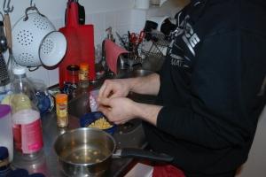 1 Hummos - koka kikärtorna enligt förpackningen, skala dem sedan...