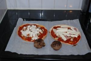 4 Tortilliapizza påväg in i ugnen