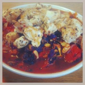 Kyckling tomater vitlök chili rödkål gullök och mirakelnudlar