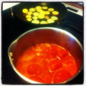 Tomatsås med lök och vitlök samt potatis som råsteks