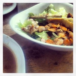Grönsaker, stekt kyckling och stekt kronärtskocka