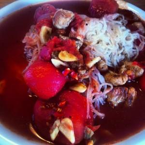 Lunch fläskfilé hela skalade tomater nudlar vitlök chili