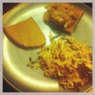 Hamburgare med bröd kålrot och vitkål