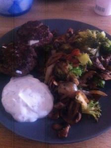 Matlagning söndagsmiddag färsbiffar med feta och stekta grönsaker inkl yoghurtsås