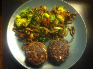 Matlagning  söndagsmiddag färsbiffar med feta och stekta grönsaker