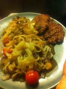6. Pannbiff (burgare) med pasta och grönsaker