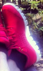 Nya sneakers framför grillen