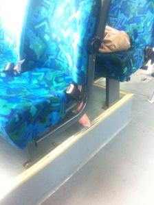 Naken fot på bussen
