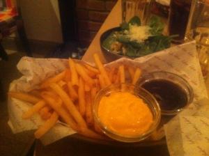 tillbehör strips och sallad på prime burger