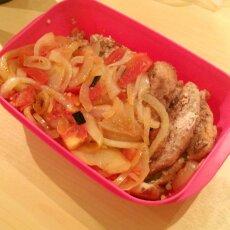 Dagens standardlunch kycklingfilé med ris/bulgur, tomat och lök